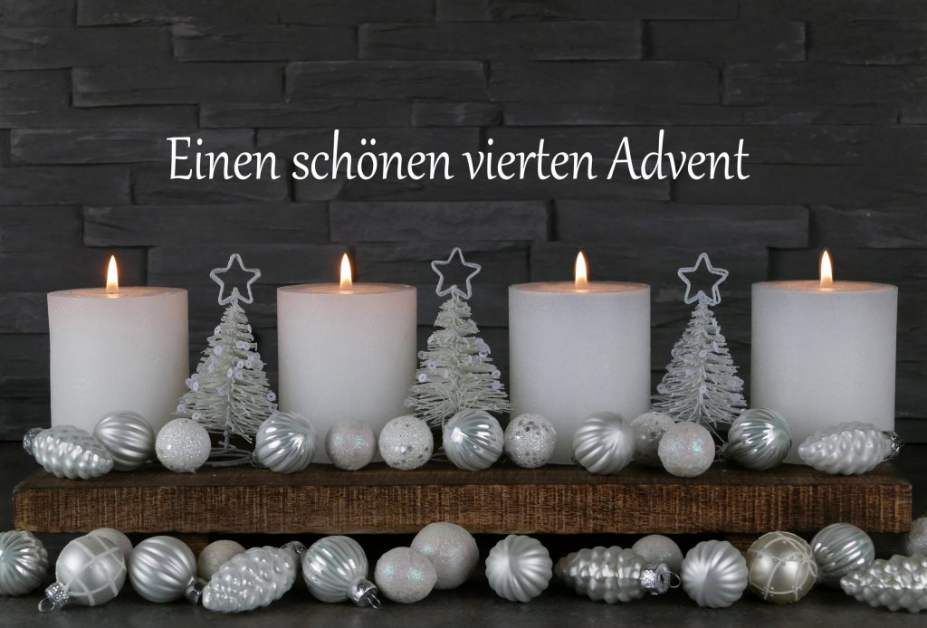 Adobe Stock Bild mit 4 weißen Kerzen zum vierten Advent und silbernem Weihnachtsschmuck