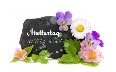 Schiefertafel mit hübschen Gartenblumen und Erinnerung an Muttertag 2020