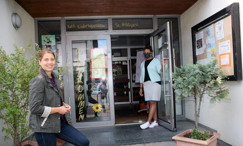 Die Landtagsabgeordnete Stephanie Lohr (links) will sich ein Bild vor Ort machen. Die Leiterin der Abenheimer Kindertagesstätte, Frauke Gärtner, öffnet ihr die Tür.  Foto: Jens Kowalski
