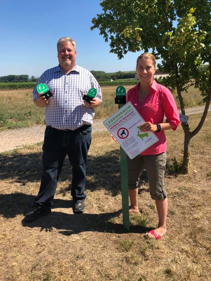 Stephanie Lohr und Mirko Weigand mit neuen Hundekot-Beutel-Spendern