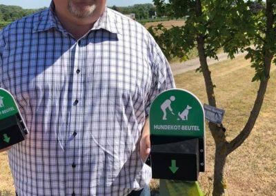 Mirko Weigand mit neuen Hundekot-Beutel-Spendern