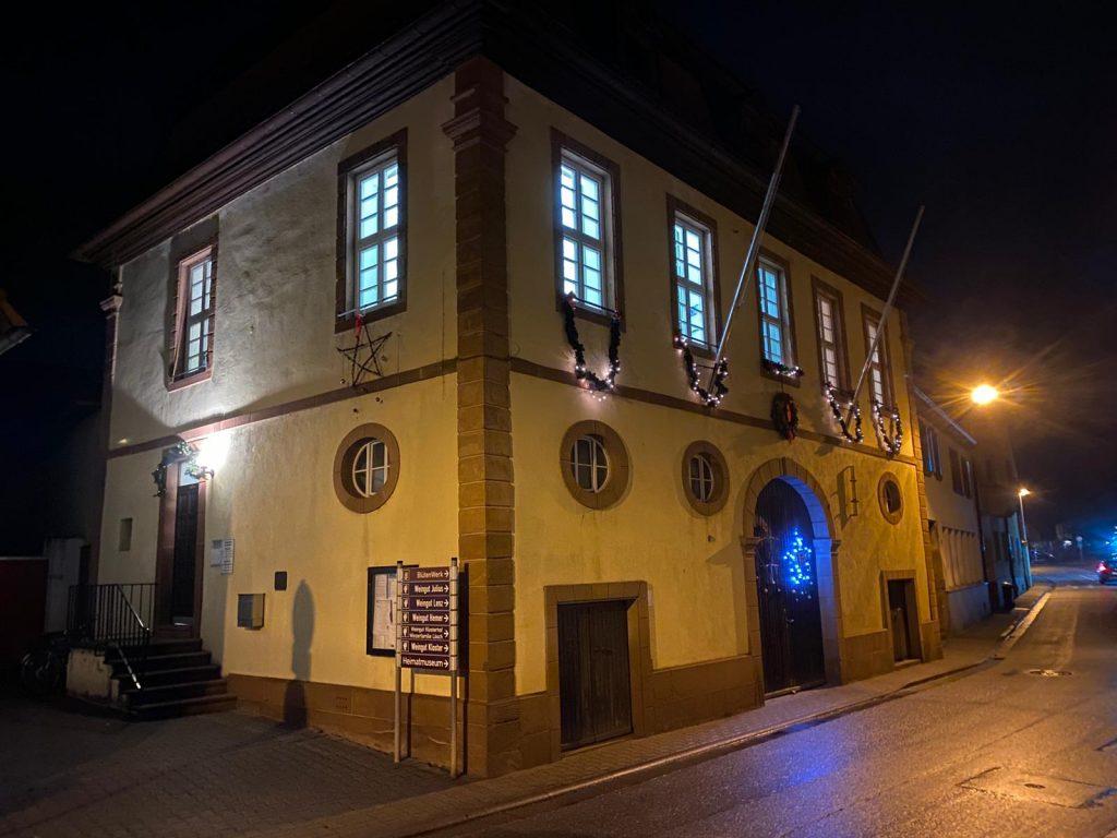 Ortsverwaltung bei Nacht