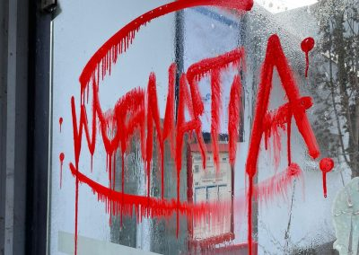 Graffiti an Bushaltestelle