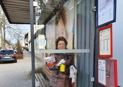 Bushaltestelle wird von Graffiti befreit