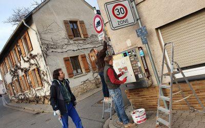 Helfer beim reinigen von Straßenschilder